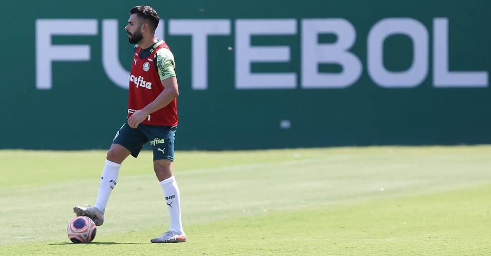 Bruno Henrique domina a bola durante o treino do Palmeiras de sexta-feira (13) na Academia de Futebol