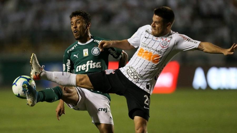 Ramiro disputa bola com Marcos Rocha no clássico entre Palmeiras e Corinthians  - César Greco/Palmeiras (Divulgação)