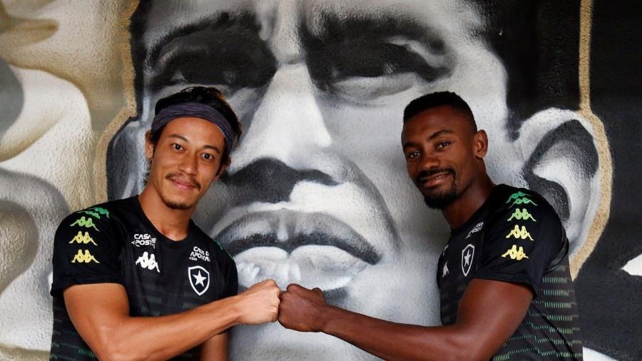 Keisuke Honda e Salomon Kalou posam em frente à pintura de Garrincha no Botafogo - Vitor Silva/BFR