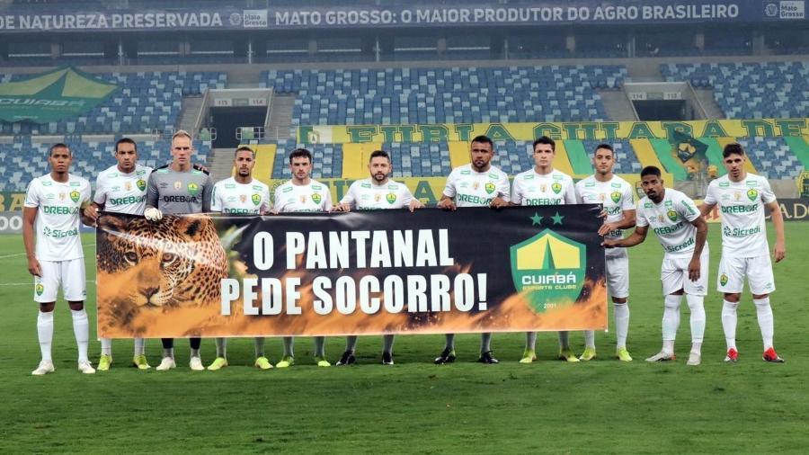 Jogadores do Cuiabá exibem faixa antes de partida contra o Oeste - Thiago Carvalho/AssCom Cuiabá E.C
