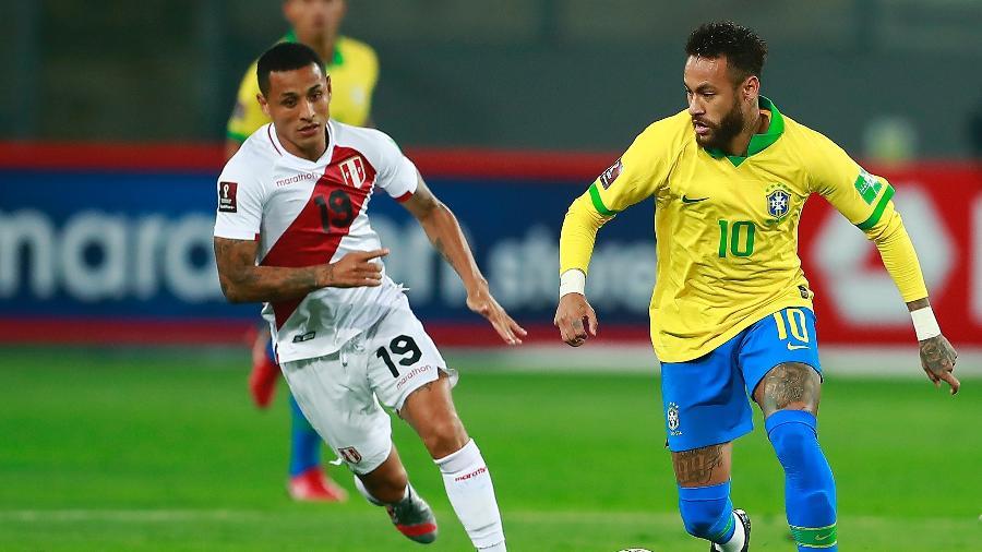 Neymar tenta passar pela marcação de Yotún durante a partida entre Brasil e Peru nas Eliminatórias, em 2020 - Daniel Apuy/Getty Images