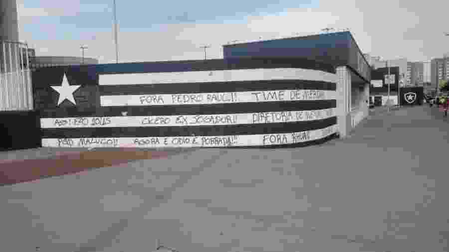 Muro do Nilton Santos é pichado com críticas à diretoria e elenco do Botafogo - Reprodução