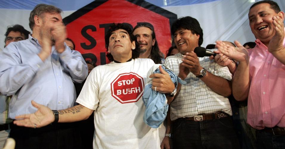 Diego Maradona usa camiseta com a frase Stop Bush ao lado de Evo Morales, ex-presidente da Bolívia em 3 de novembro de 2005
