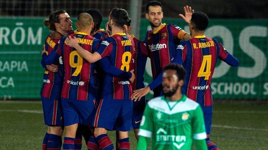 Jogadores do Barcelona comemoram gol de Dembélé - Enric Fontcuberta/EFE