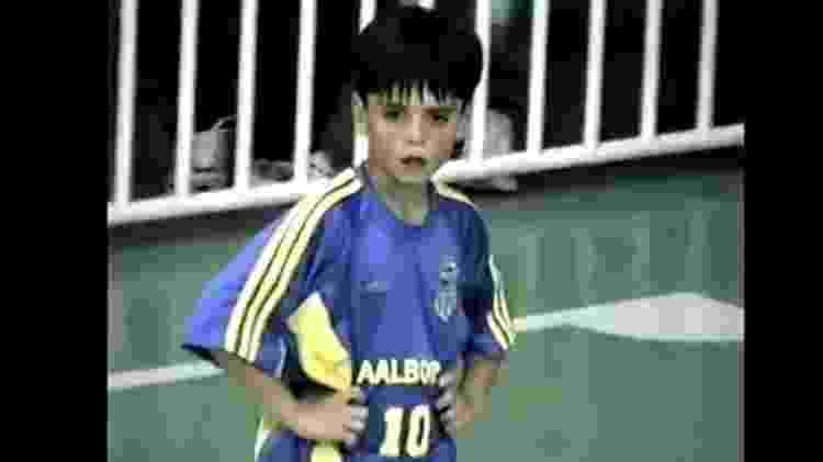 Gabriel Pec, com 9 anos, jogando na equipe de futsal do Carangola, time amador de Petrópolis (RJ), sua cidade natal - Arquivo Pessoal - Arquivo Pessoal