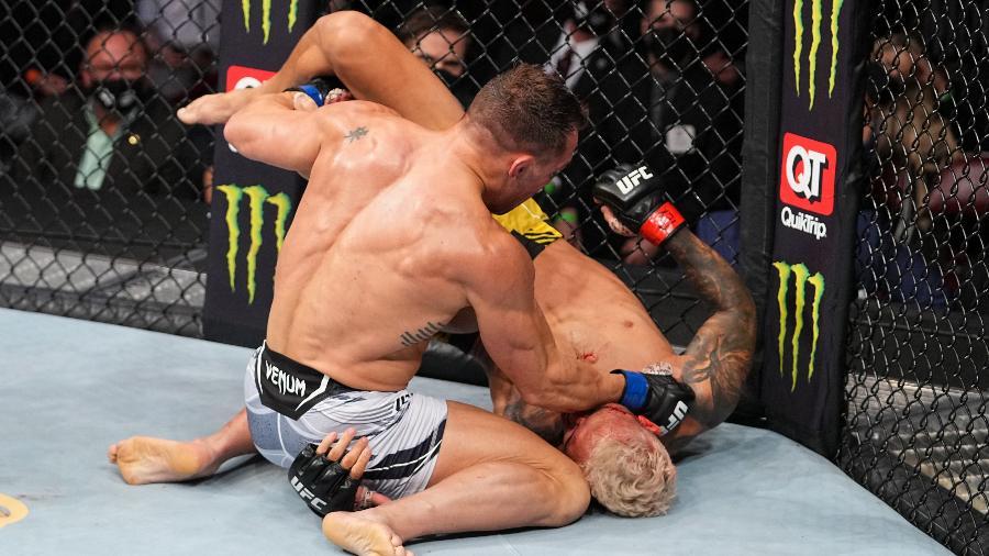 Michael Chandler acerta golpes em Charles do Bronx, durante luta no UFC 262 - Josh Hedges/Zuffa LLC