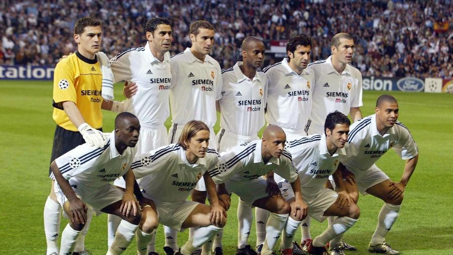 """Jogadores do Real Madrid """"galáctico"""" posam para foto antes da partida contra o Manchester United pela Liga dos Campeões 2002/2003 - Martin Rose/Getty Images"""