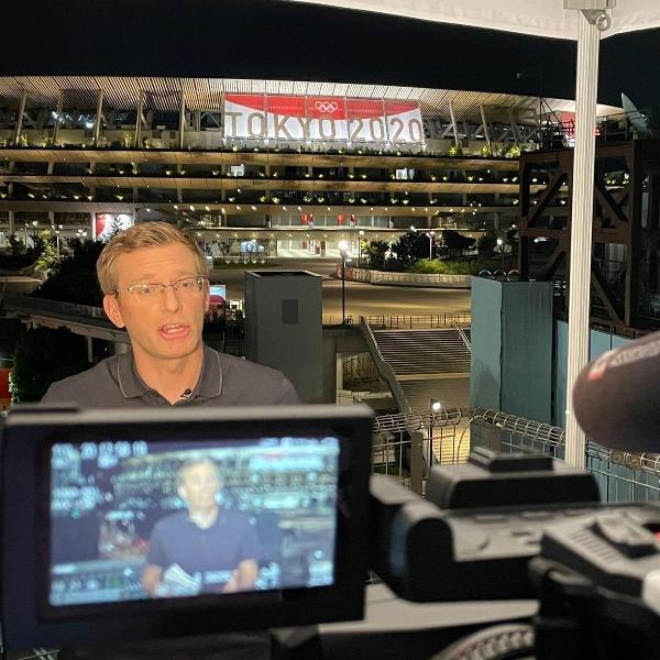 Jornalista Philip Crowther durante cobertura nas Olimpíadas de Tóquio