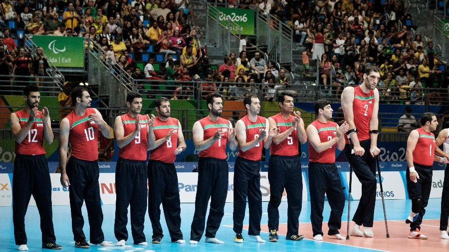 O jogador Morteza Mehrzadselakjani com a seleção iraniana de vôlei sentado durante apresentação nas Paralimpíadas do Rio-2016 - YASUYOSHI CHIBA/AFP