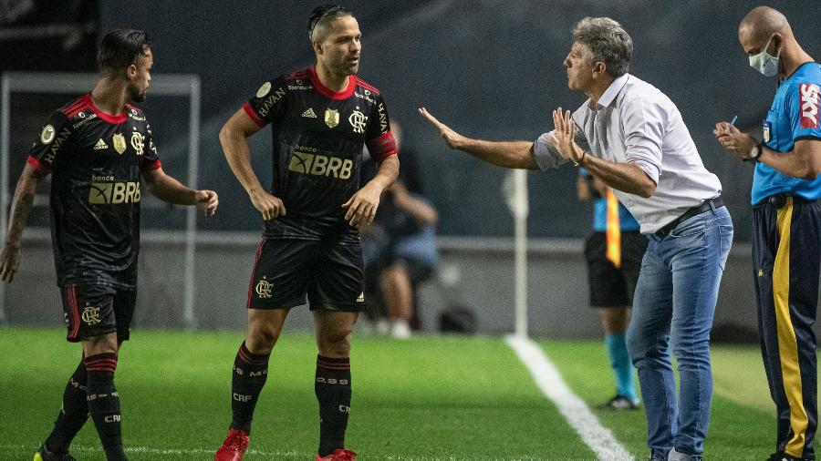 Renato Gaúcho orienta Diego e Michael durante Santos x Flamengo na Vila Belmiro - Alexandre Vidal