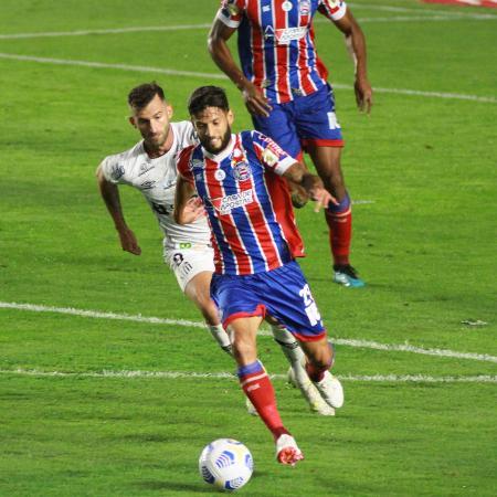 Léo Baptistão, do Santos, marca Juninho Capixaba, do Bahia - Fernanda Luz/AGIF