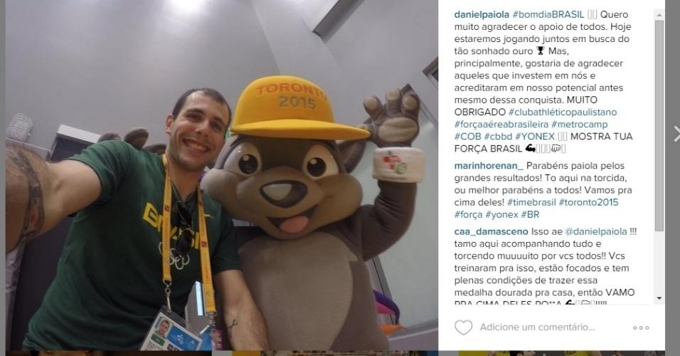 Daniel Paiola posa ao lado do mascote dos Jogos Pan-Americanos antes da final de duplas do badminton