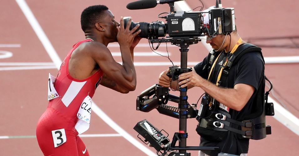 O norte-americano Kyle Clemons comemorou o bronze nos 400m dando um beijo na câmera de TV