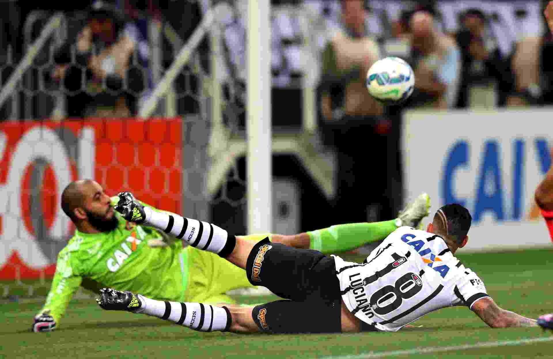 Luciano se joga no gramado para tentar fazer o gol do Corinthians - Ernesto Rodrigues/Folhapress.ESPORTE