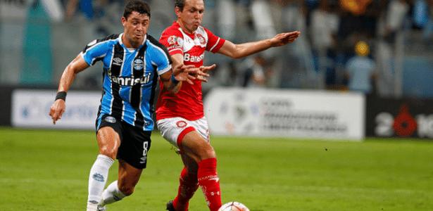 Giuliano tenta jogada em confronto do Grêmio com Toluca, pela Libertadores
