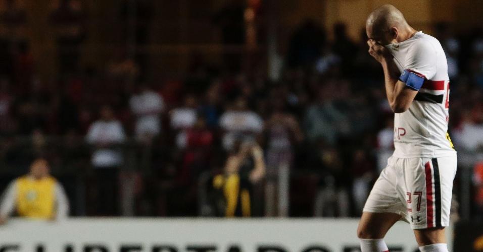 Maicon deixa o campo expulso na partida São Paulo x Atlético Nacional