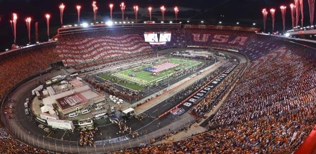 Jogo de futebol americano universitário nos Estados Unidos teve mais de 156 mil pessoas nas arquibancadas