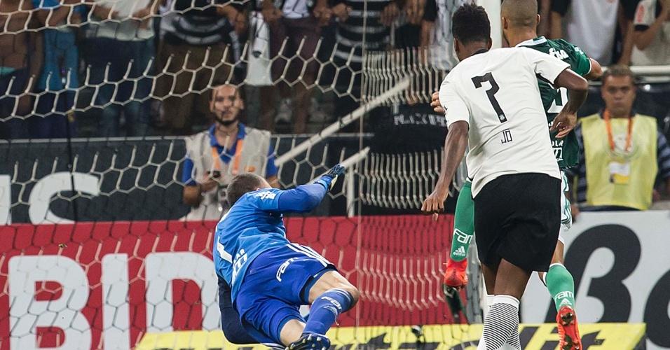 Jô marca o gol da vitória do Corinthians contra o Palmeiras