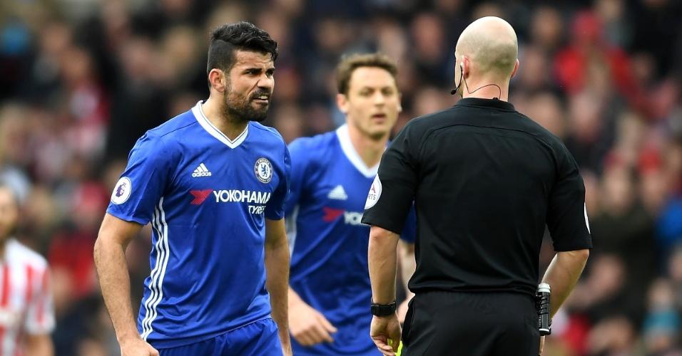 Diego Costa reclama com o árbitro em partida do Chelsea contra o Stoke