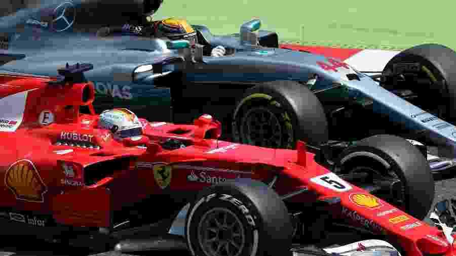 Lewis Hamilton, da Mercedes, tenta ultrapassar Sebastian Vettel, da Ferrari - Albert Gea/Reuters