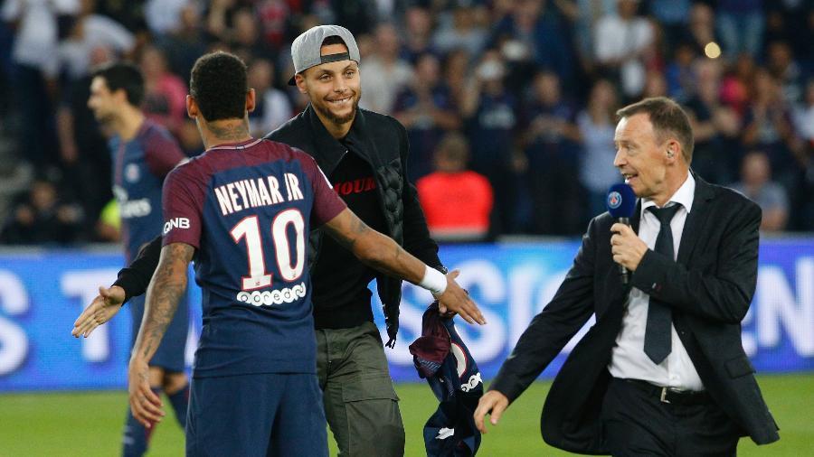 Neymar se encontra com Stephen Curry, uma das principais estrelas da Under Armour - AFP PHOTO / GEOFFROY VAN DER HASSELT