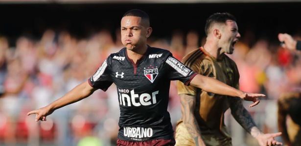 Marcos Guilherme comemora um dos gols marcados com a camisa do São Paulo