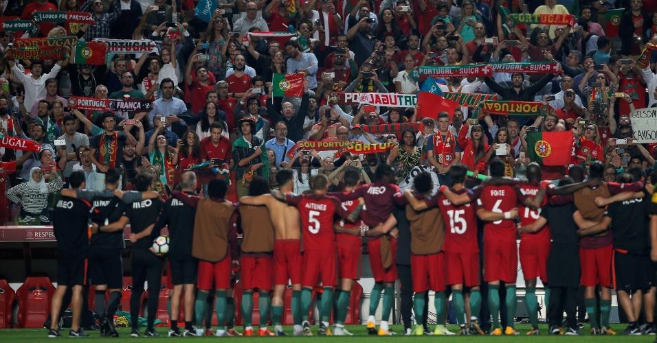 Jogadores de Portugal saúdam a torcida após conseguirem a vaga para a Copa