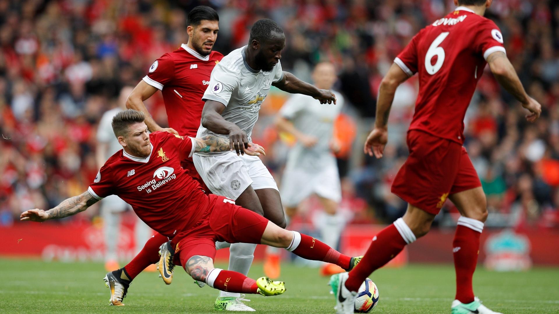 O atacante Lukaku tenta uma jogada para o Manchester United contra o Liverpool