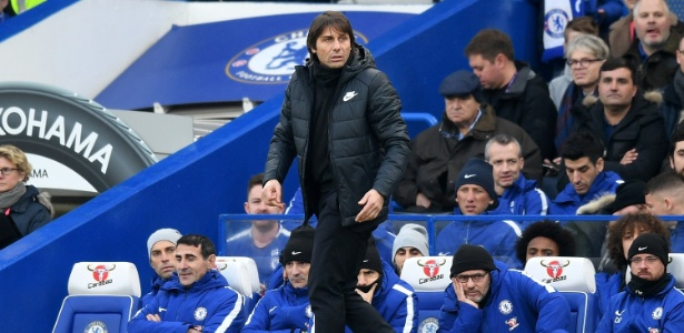 Antonio Conte diante do banco de reservas do Chelsea