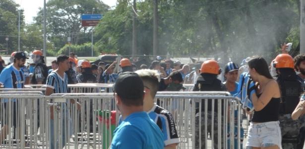 Brigada Militar usa gás de pimenta contra torcedores do Grêmio na chegada no Gre-Nal