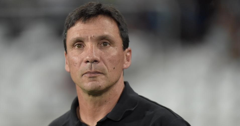 O técnico Zé Ricardo, do Vasco, acompanha a partida contra o Botafogo