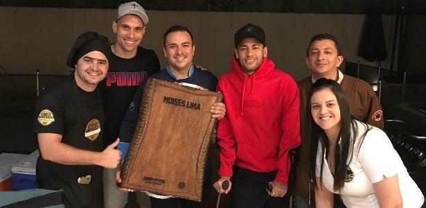 Moisés recebeu Neymar em casa para rodada pôquer