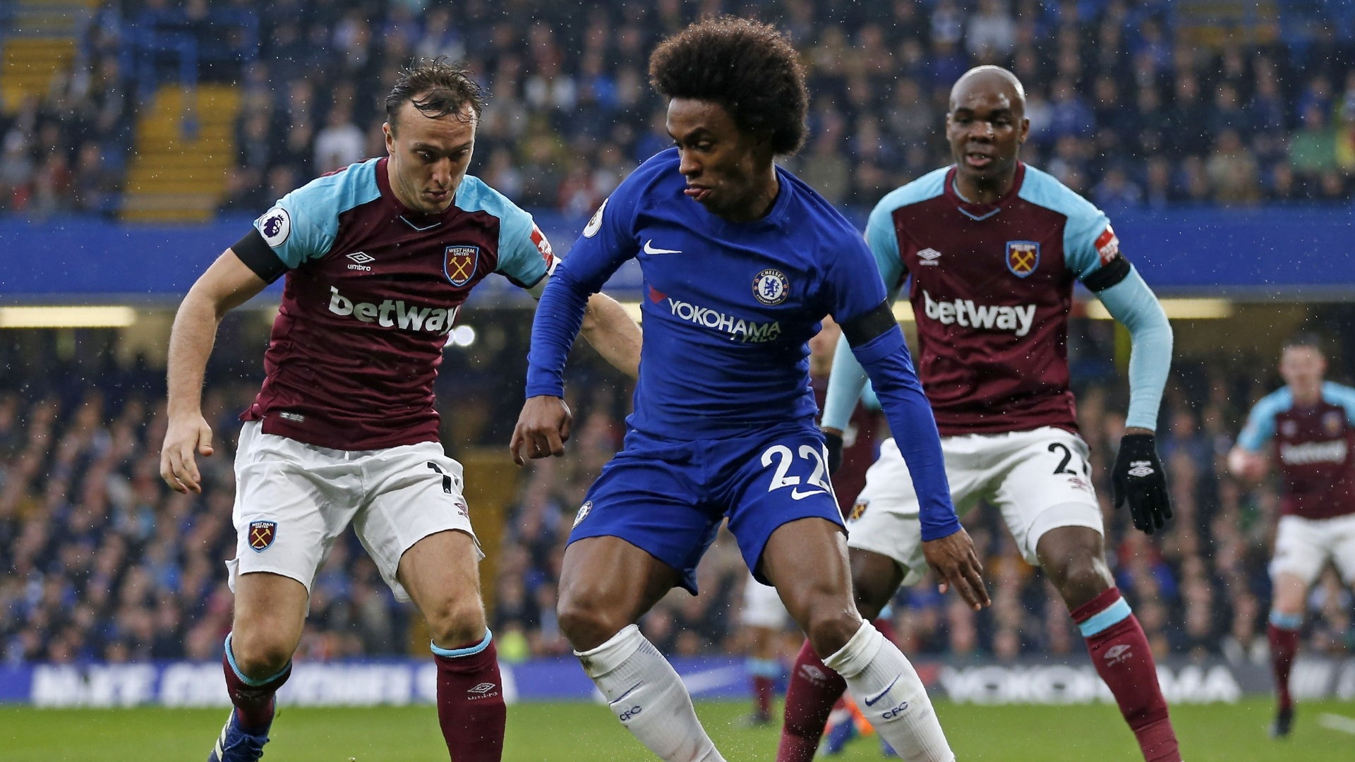 Willian, do Chelsea, entre dois marcadores do West ham