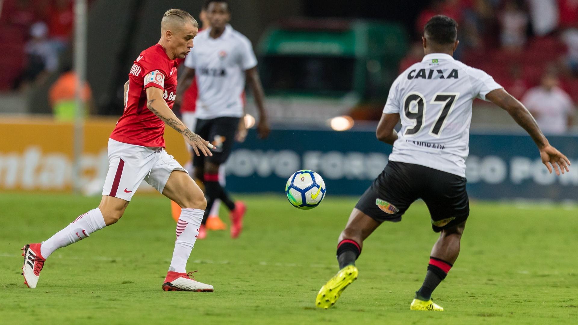 D'Alessandro passa pela marcação de Rodrigo Andrade no jogo entre Internacional e Vitória, pela Copa do Brasil