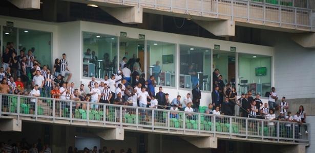 Dirigentes do Cruzeiro entram em discussão com torcedores do Atlético-MG