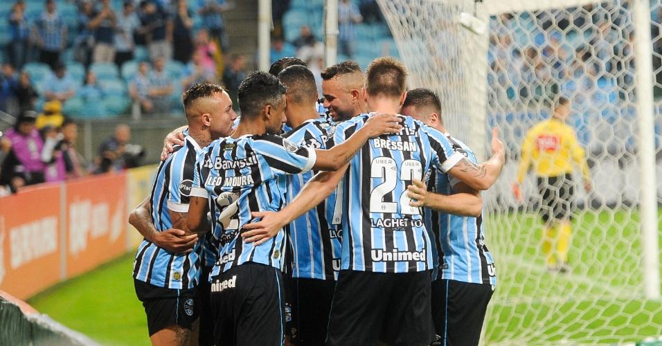Jogadores do Grêmio comemoram gol contra o Atlético-MG em jogo do Brasileirão