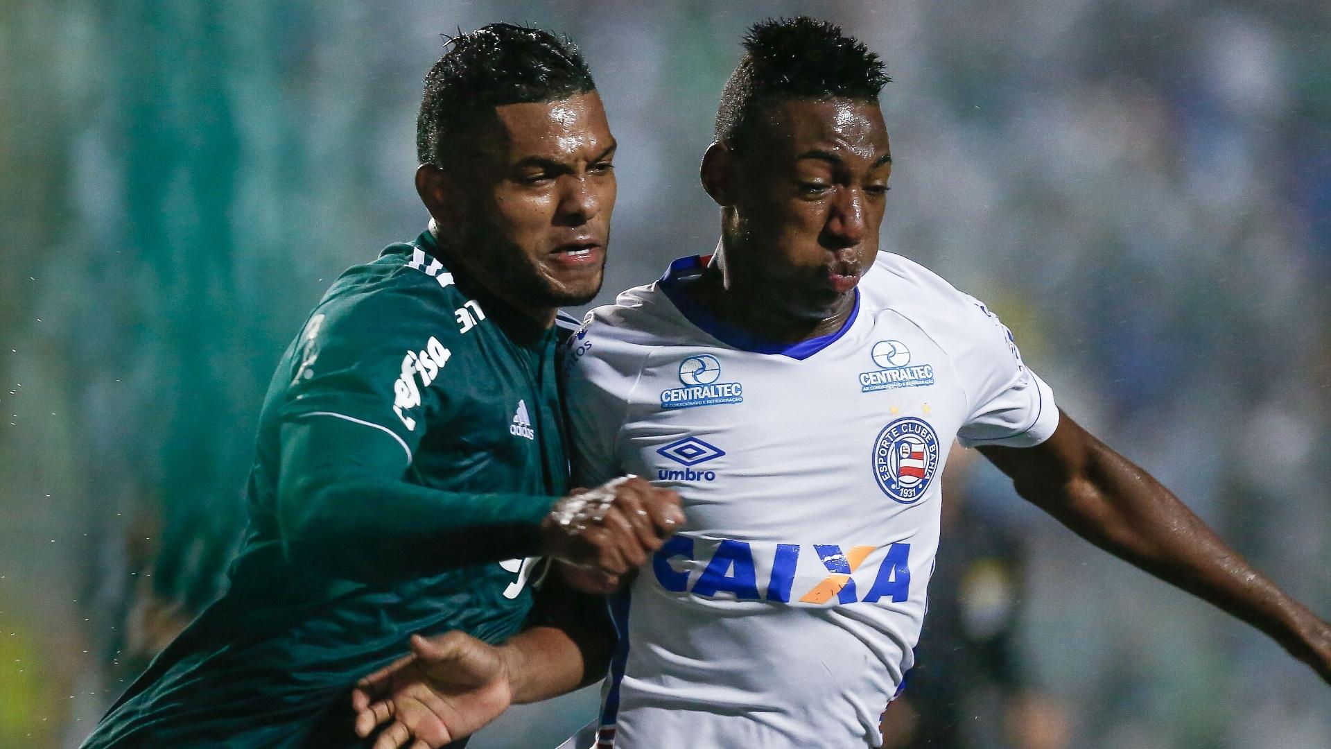 O atacante Borja disputa a bola no jogo entre Palmeiras e Bahia