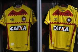 c33e79b36f Atlético-PR opta por usar polêmica camisa amarela um dia antes da eleição