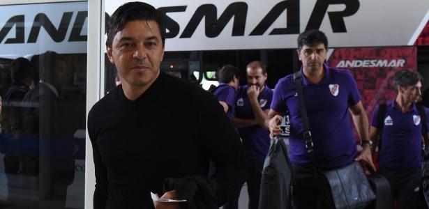 Gallardo não poderá dirigir o time no campo, mas também viajou a Madri