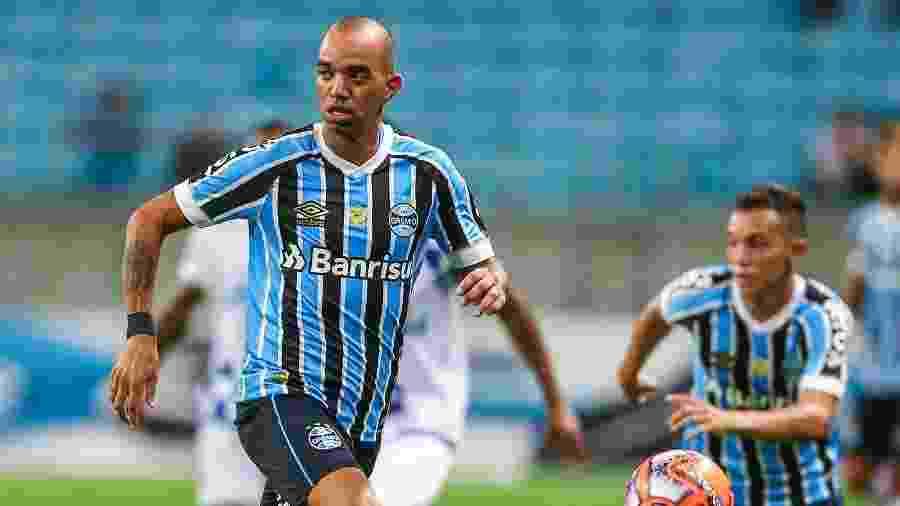 Diego Tardelli em ação pelo Grêmio contra o São José, sua primeira partida no clube - LUCAS UEBEL/GREMIO FBPA