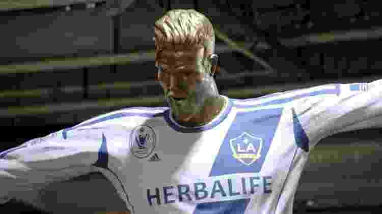 Estátua falsa de David Beckham contava com um queixo avantajado - Reprodução/Youtube - Reprodução/Youtube