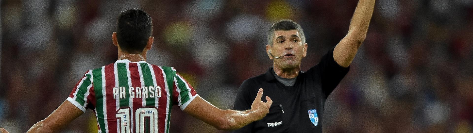 PH Ganso reclama com a arbitragem durante partida do Fluminense contra o Flamengo