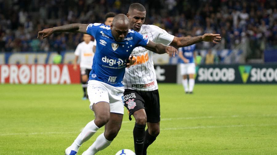 Sassá e Marllon disputam bola na partida Cruzeiro x Corinthians pelo 1º turno do Brasileiro deste ano - Giazi Cavalcante/Código19/Estadão Conteúdo