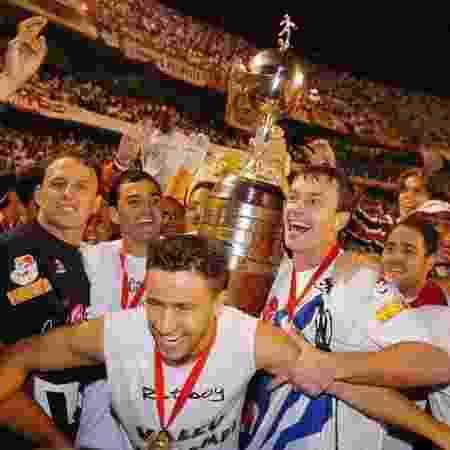 Rogério Ceni e Lugano carregam taça da Libertadores no Morumbi - Reprodução/Twitter/São Paulo FC