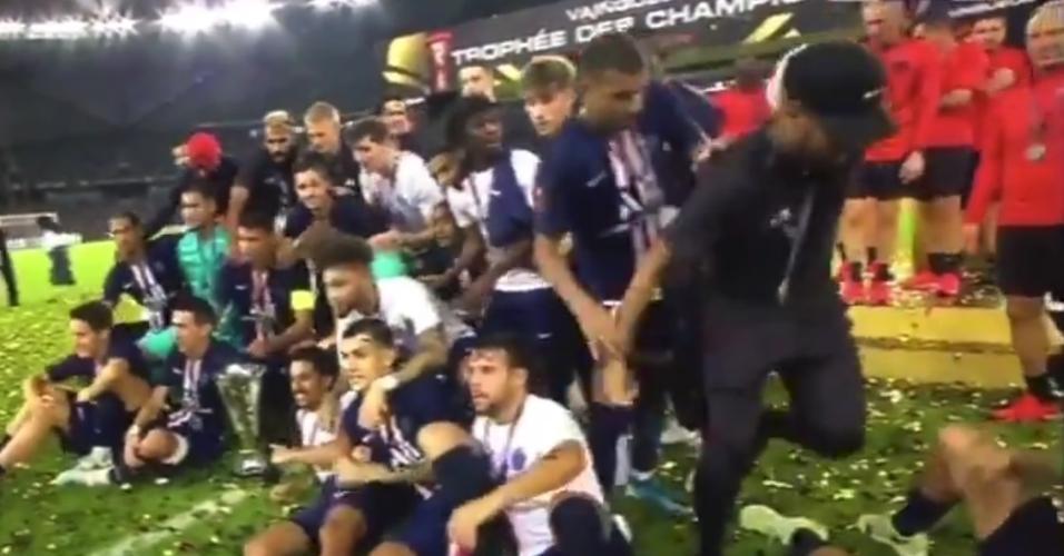 Mbappé tira Neymar de foto de comemoração de título do PSG