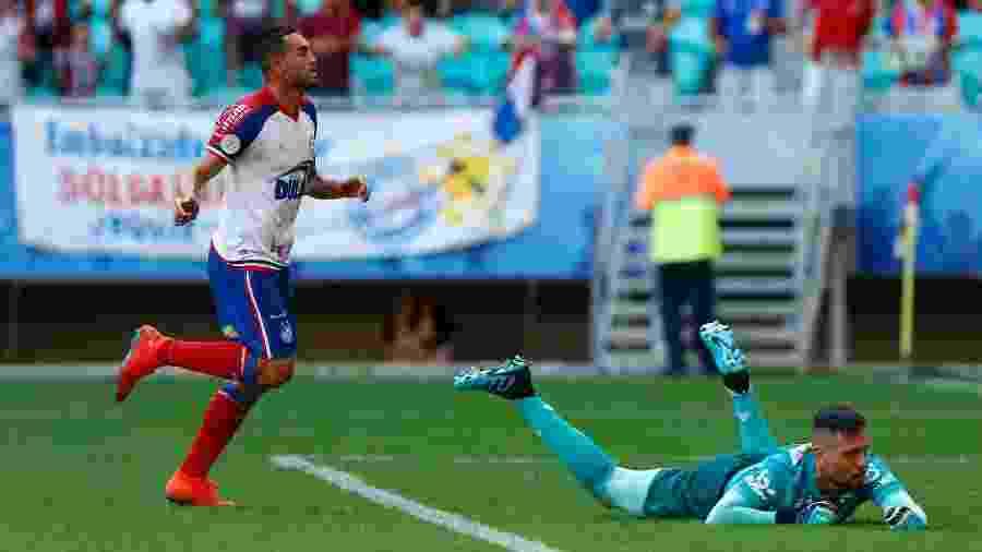 Gilberto comemora diante de Diego Alves após marcar pelo Bahia sobre o Flamengo - Felipe Oliveira / EC Bahia