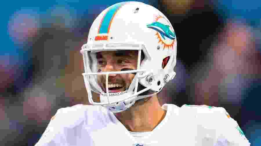 Então jogador do Miami Dolphins, Brock Osweiler sorri antes de jogo contra o Buffalo Bills em dezembro de 2018 - Brett Carlsen/Getty Images
