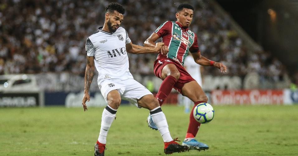 Jogadores disputam bola durante Ceará x Fluminense