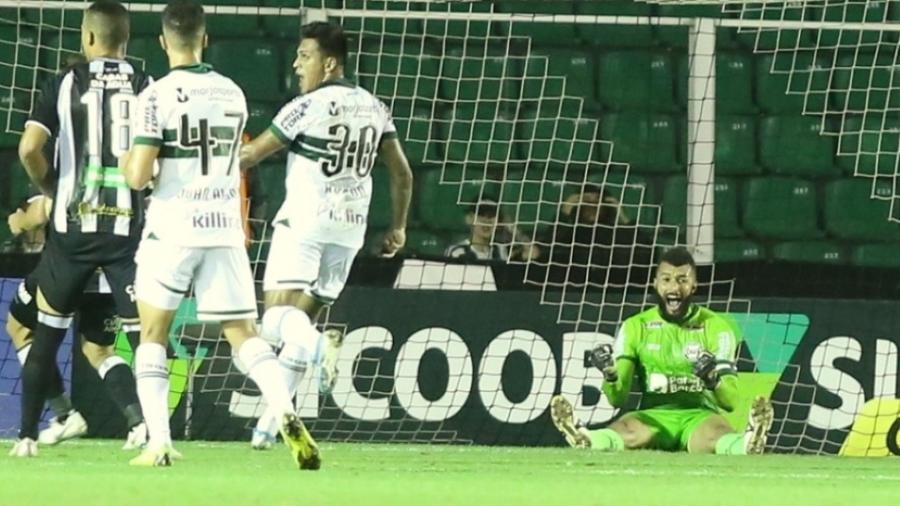 Alex Muralha comemora pênalti defendido contra o Figueirense - Divulgação/Coritiba Foot Ball Clube