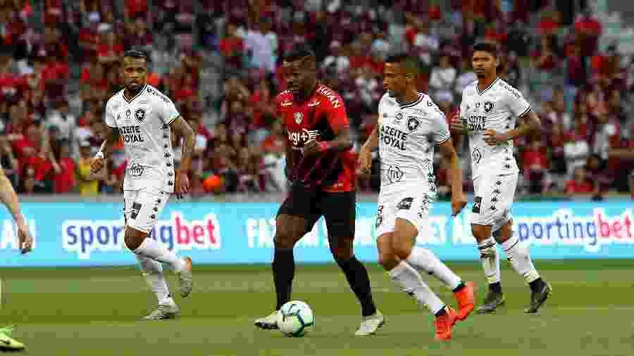 Nikão, meio-campo do Athletico-PR, é marcado por Cícero, volante do Botafogo durante partida na Arena da Baixada, pelo Campeonato Brasileiro - Robson Mafra/AGIF